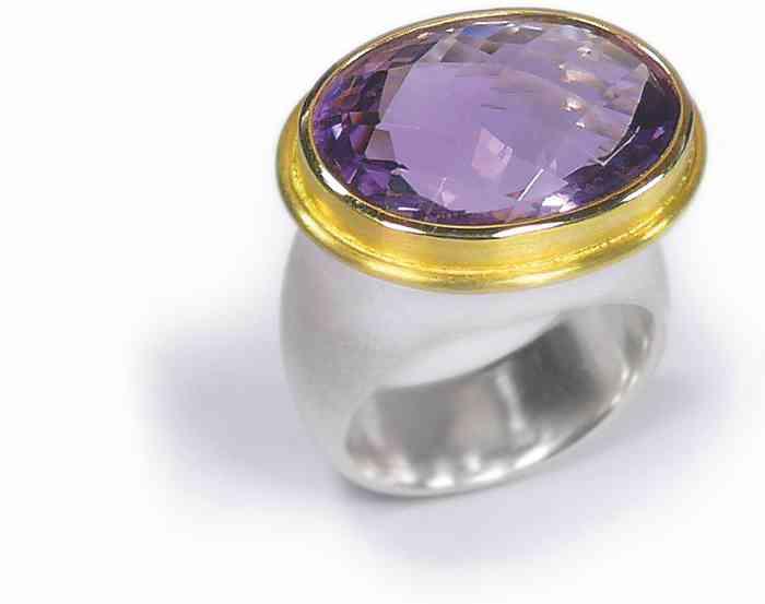Ein Bicolor-Ring mit großem ovalen Edelstein.