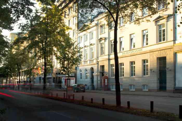 Straßenansicht des Palais Esplanade im Sonnenschein.