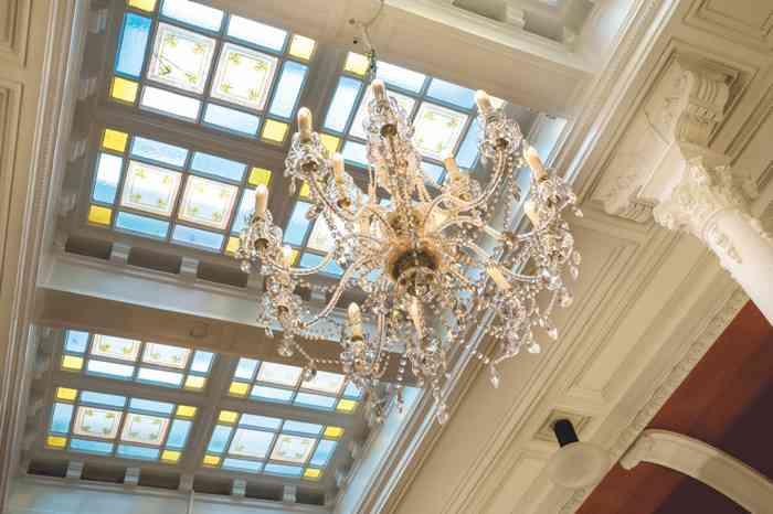 Stuckverzierungen und gläserne Oberlichter, Deckengestaltung mit Intarsien und Flügeltüren im Jugendstilsaal des Palais Esplanade im.