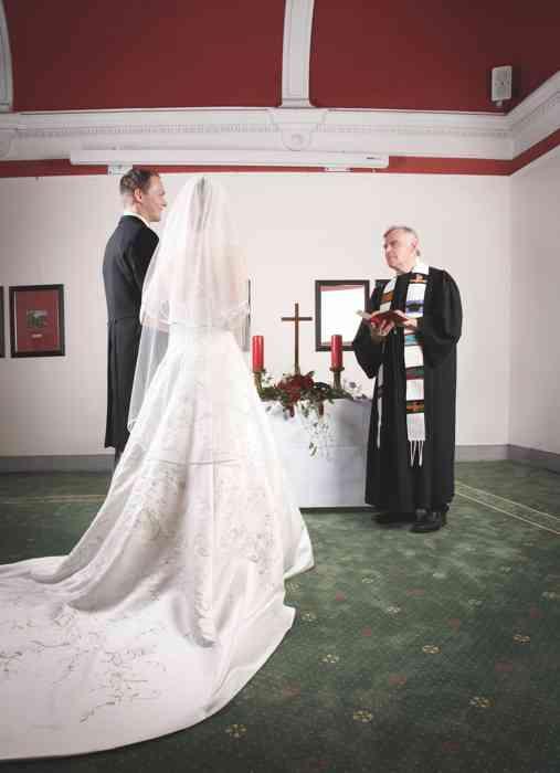 Brautpaar und Pfarrer bei der Trauzeremonie im Jugendstilsaal im Palais Esplanade.