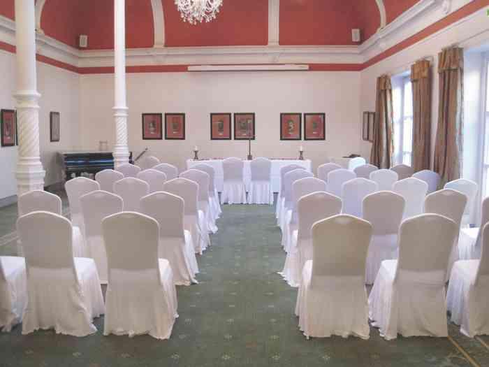 Der Jugendstilsaal ist für die Trauzeremonie hergerichtet.