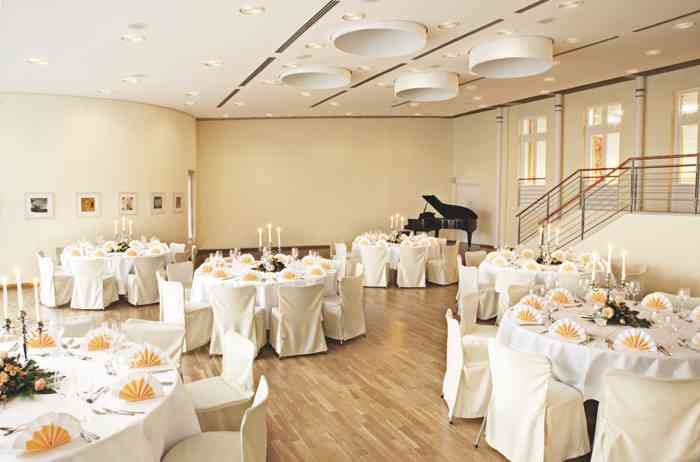 Der freundliche Gartensaal mit runden Tischen mit direktem Zugang zur Terrasse des Palais Esplanade.