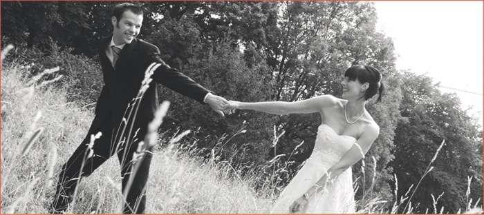 Brautpaar auf einer Wiese Schwarzweißfoto von Elfriede Liebenow Hochzeitsfotografie in Hamburg