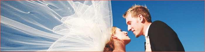 Brautpaar mit wehendem Schleier von Elfriede Liebenow Hochzeitsfotografie in Hamburg