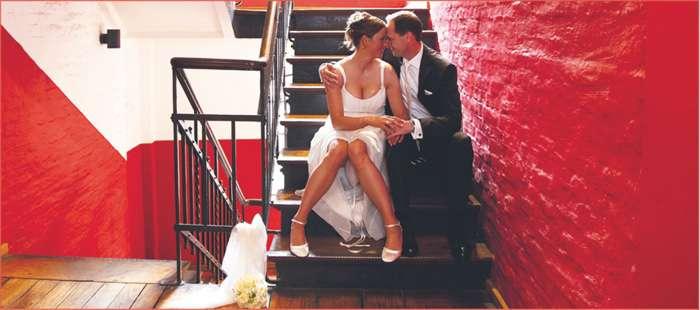 modernes Brautpaar auf einer Treppe von Elfriede Liebenow Hochzeitsfotografie in Hamburg