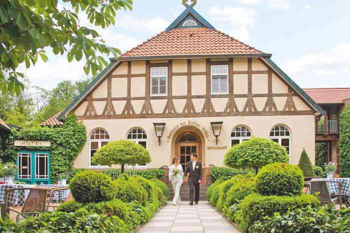 Hotel Restaurant zur Kloster-Mühle Brautpaar vor dem Hotel