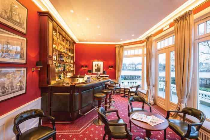 Die Clubbar im Anglo German Club mit Blick auf Hamburgs Außenalster