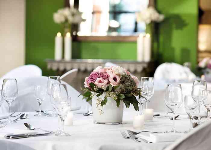 Hochzeitstisch mit festlicher Blumendekoration