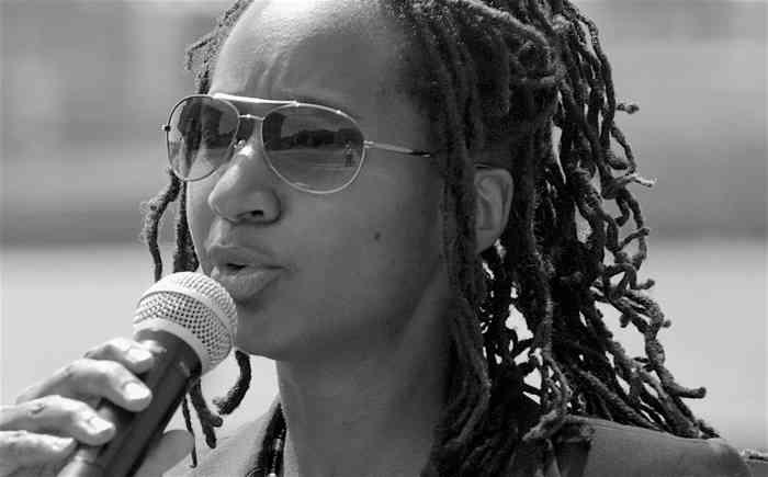 AfroamerikanischeHochzeitssängerin Sandra Blake am Mikrofon