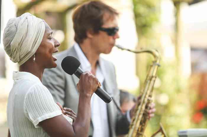 Hochzeitssängerin Sandra Blake mit Saxophonist Karsten Glinski