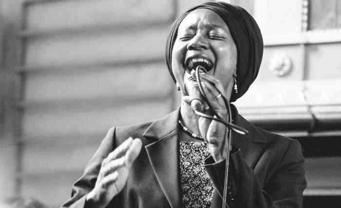 Afroamerikanische Sängerin singt auf einer Hochzeit