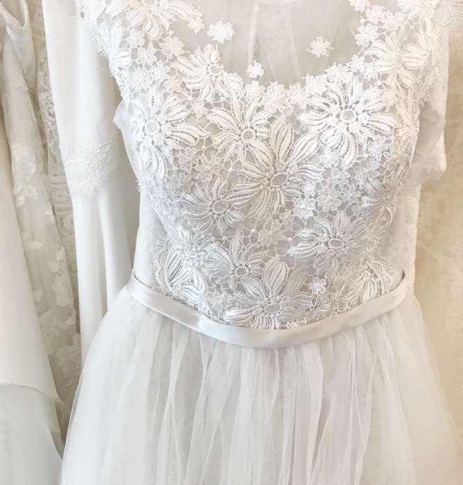 Filigrane Florale Spitze im Oberteil des Brautkleides zeichnen dieses Modell aus.