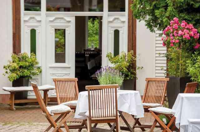 Der kleine Bauerngarten ist Kulisse für romantische Fotos. Selbstverständlich können Sie, wenn das norddeutsche Wetter mitspielt, gerne auf der überdachten Terrasse speisen.