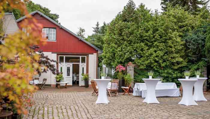 Fabers Hof: Das bereits 2014 fertig gestellte Gebäude  besticht durch seinen jugendlichen Charme mit vielen alten Details. Im Sommer empfangen Brautpaare Ihre Gäste auf der Sonnenterrasse am Seerosenteich.