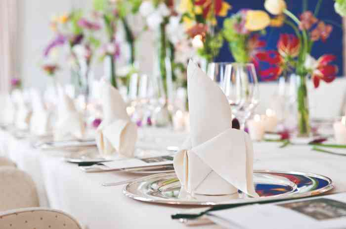 Wunderschön dekorierte Tische gehören zu einer Hochzeit im Louis C. Jacob einfach dazu.