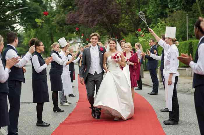Die Mitarbeiter des Louis C. Jacob rollen für Sie und Ihre Gäste den roten Teppich quer über die Elbchaussee aus und stehen Spalier, wenn Sie vorab in der Nienstedtener Kirche geheiratet haben.