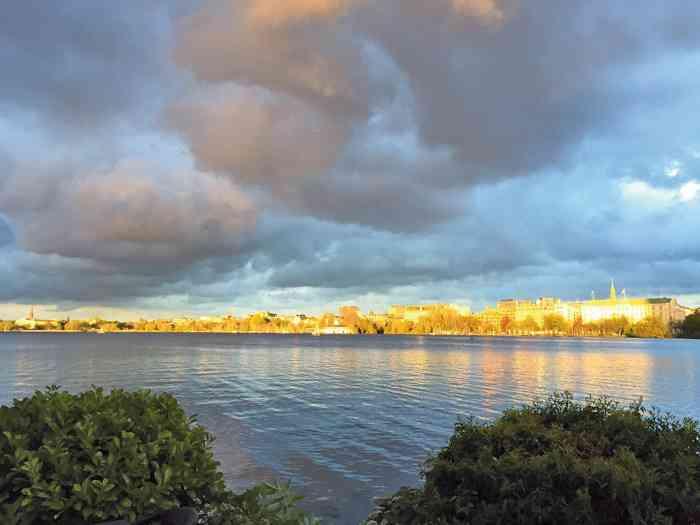 Alsterpanorama mit Sonnenuntergang von der Terrasse der Location der Alsterköche im Ruder-Club Favorite Hammonia aus gesehen.