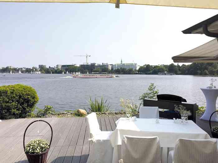 Terrasse mit Sonnenschirmen und Trautisch der Hochzeitslocation Ruder-Club Favorite Hammonia.
