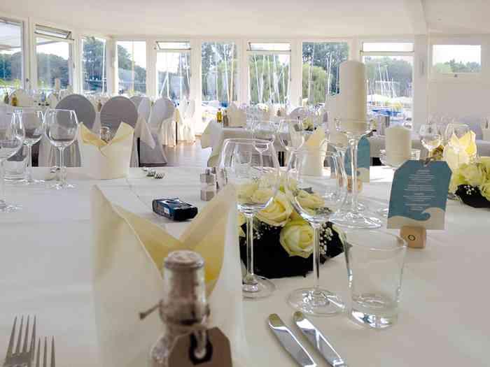 Festraum mit feierlich eingedeckten Tischen in der Hochzeitslocation Ruder-Club Favorite Hammonia.