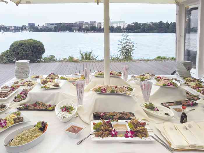 Buffet auf der Terrasse mit Blick über die Alster auf das Hotel Atlantic der Alsterköche im Ruder-Club Favorite Hammonia.