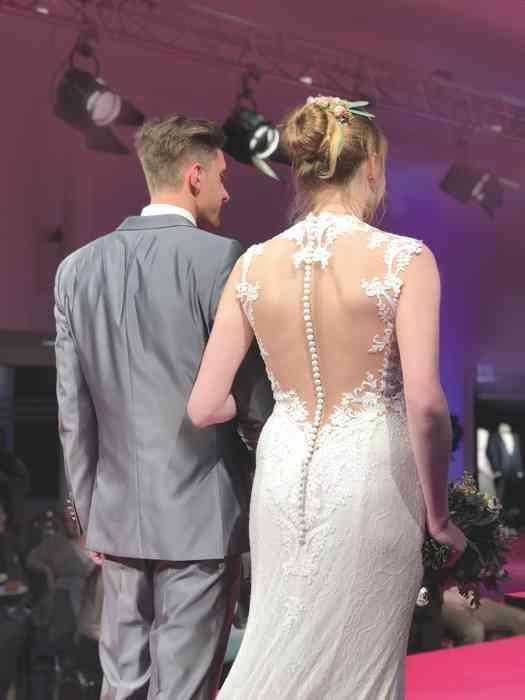 Brautkleid Herrenanzug Lueneburg Dirk Lang Hochzeitsausstatter und Massatelier Brautkleid tiefer Rückenausschnitt Anzug grau
