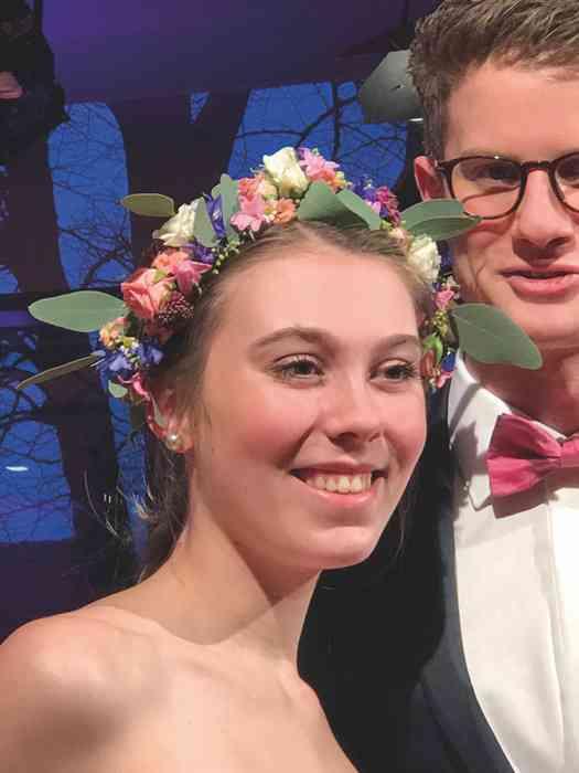 Brautkleid Herrenanzug Lueneburg Dirk Lang Hochzeitsausstatter und Massatelier Modenschau Blumenkranz