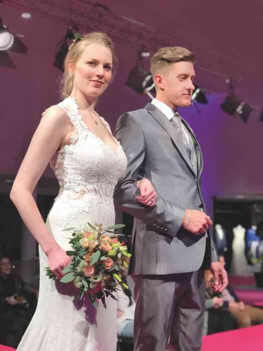 Brautkleid Herrenanzug Lueneburg Dirk Lang Hochzeitsausstatter und Massatelier Modenschau Brautkleid eng eailliert Anzug grau