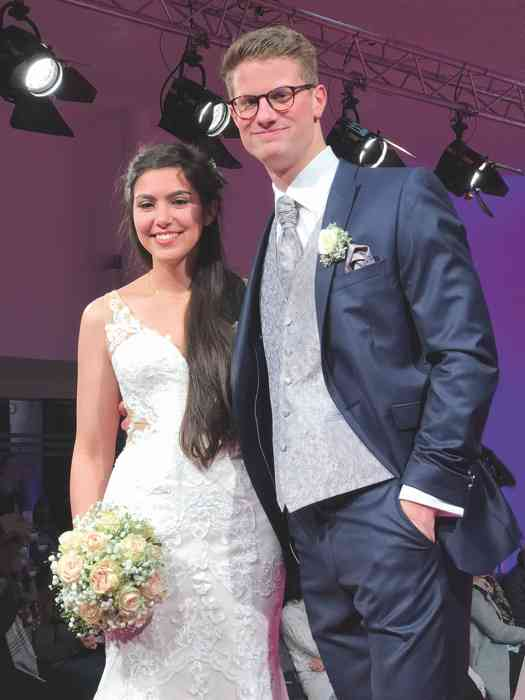 Brautkleid Herrenanzug Lueneburg Dirk Lang Hochzeitsausstatter und Massatelier Modenschau Brautkleid Mermaid-Schnitt Anzug blau mit grauer Weste