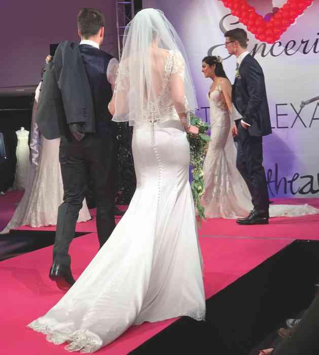 Brautkleid Herrenanzug Lueneburg Dirk Lang Hochzeitsausstatter und Massatelier Modenschau Brautkleid Mermaid-Schnitt Anzug dunkelgrau