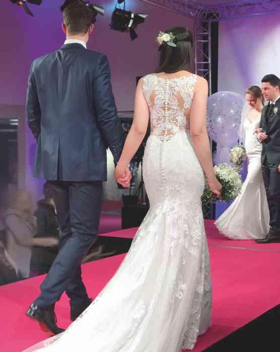 Brautkleid Herrenanzug Lueneburg Dirk Lang Hochzeitsausstatter und Massatelier Modenschau Brautkleid Mermaid-Schnitt und Schleppe Anzug blau mit grauer Weste