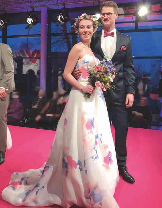 Brautkleid Herrenanzug Lueneburg Dirk Lang Hochzeitsausstatter und Massatelier Modenschau Brautkleid mit Blumenprint Anzug blau mit blauer Weste