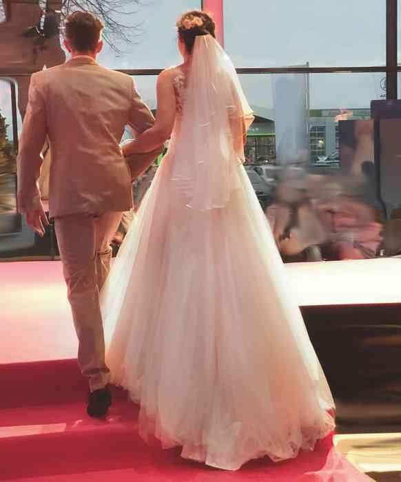 Brautkleid Herrenanzug Lueneburg Dirk Lang Hochzeitsausstatter und Massatelier Modenschau Brautkleid mit langer Schleppe Anzug beige