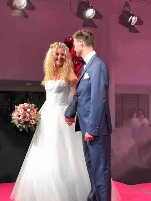 Brautkleid Herrenanzug Lueneburg Dirk Lang Hochzeitsausstatter und Massatelier Modenschau Brautkleid mit Tüllrock Anzug blau
