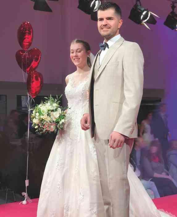 Brautkleid Herrenanzug Lueneburg Dirk Lang Hochzeitsausstatter und Massatelier Modenschau Brautkleid mit Tüllrock Anzug hellbeige