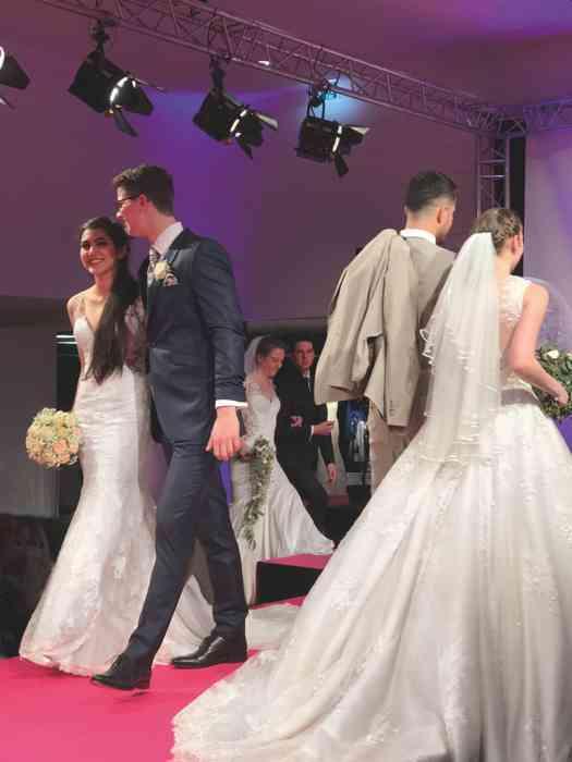 Brautkleid Herrenanzug Lueneburg Dirk Lang Hochzeitsausstatter und Massatelier Modenschau Brautkleid mit Tüllrock und Schleppe Anzug hellbeige