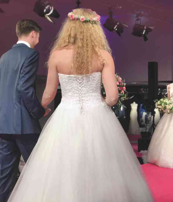 Brautkleid Herrenanzug Lueneburg Dirk Lang Hochzeitsausstatter und Massatelier Modenschau Brautkleid mit Tüllrock von hinten Anzug blau