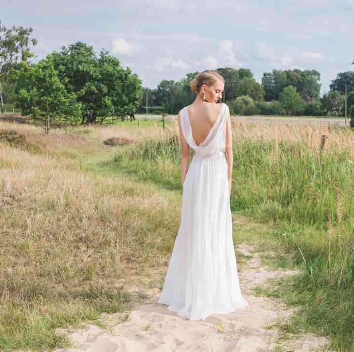 Brautkleid aus Seidenchiffon mit einem Wasserfall-Rückenausschnitt