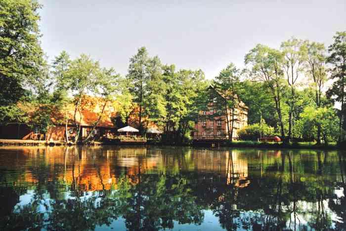 Blick über den See zur Wassermühle