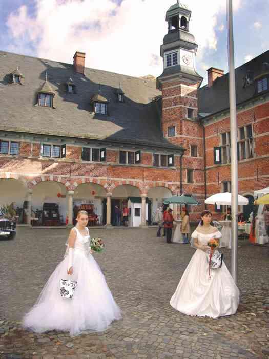 Schloß Reinbek Hof mit Hochzeitsausstellern