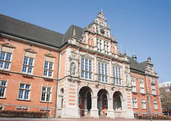 Im Rathaus in Harburg werden die Eheschließungen des Bezirkes durchgeführt. Im Standesamt finden die Anmeldungen zur Eheschließung statt.