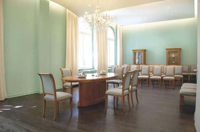 Der Trauraum 2 im Rathaus Hamburg Harburg ist 60 qm groß und bietet Platz für ca. 60 Personen und das Hochzeitspaar.