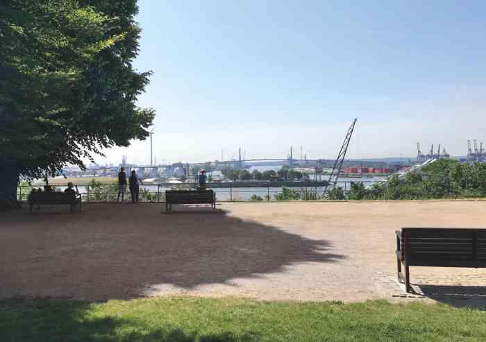 Ausblick vom Standesamt Hamburg Altona auf die Elbe und Hafen