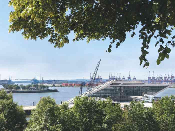 Ausblick vom Standesamt Hamburg Altona auf Elbe und Dockland