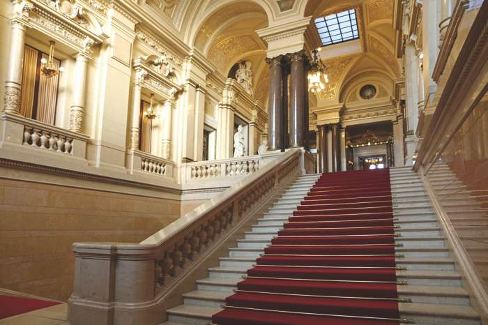 Die Senatstreppe im Hamburger Rathaus ist ein stilvoller Einstieg in die Eheschließung.
