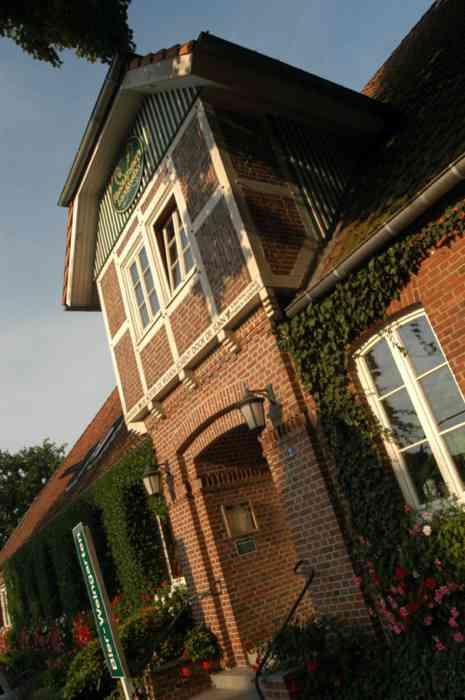 Maack-Kramers Landgasthof Eingang im Sonnenschein