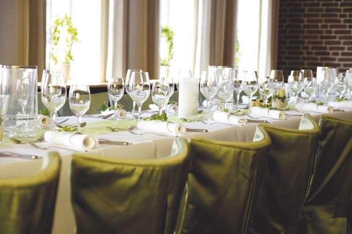 Eingedeckter Tisch zur Hochzeitsfeier