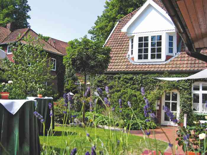 Garten und Terasse mit Stehtischen