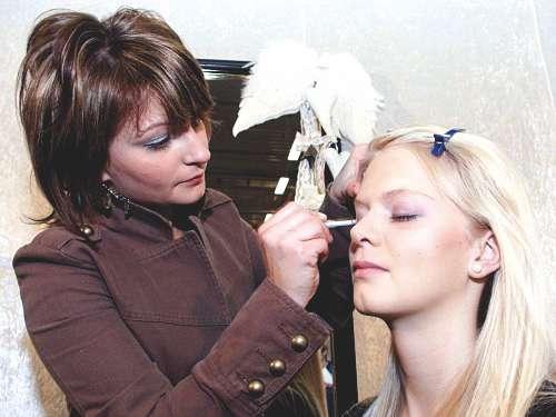 Auf der Hochzeitsmesse Hochzeitstage Hamburg in Halle B7 zeigen könne Bräute den Visagistinnen beim live Braut Make-up zuschauen und sich selber schminken lassen.