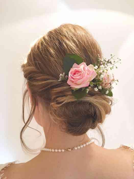 Brautfrisur mit eingesteckter Rose Die Brautzauberin