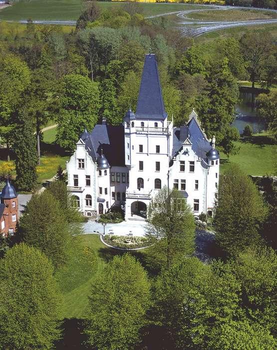 Luftaufnahme Hotel Schloss Tremsbüttel inmitten eines Parks.